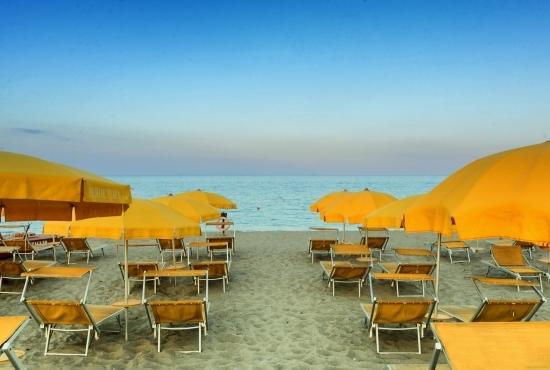 Ombrelloni e sdraio sulla Spiaggia di Perdepera