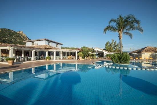 Panoramica della piscina del Perdepera Resort