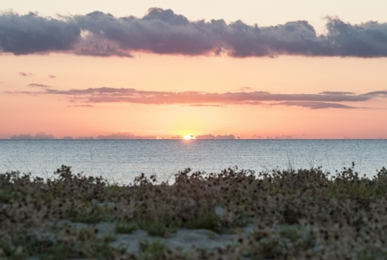 Il sole cala nel mare