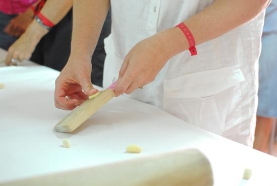 Ospiti del Resort preparano la pasta