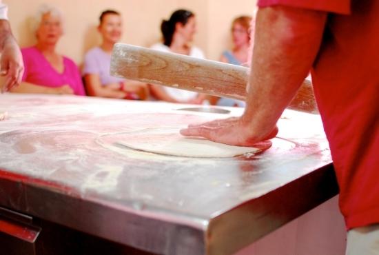 Ospite del resort impara come preparare la pasta artigianale