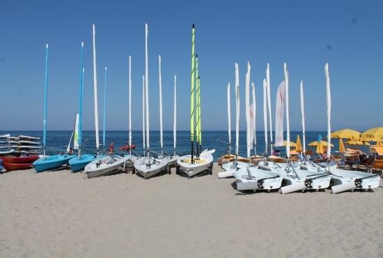 Barche a vela sulla spiaggia
