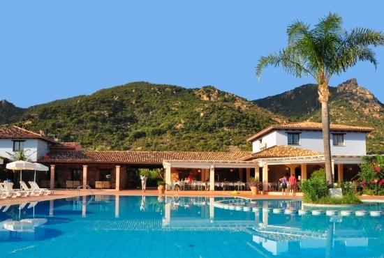 Struttura del Perdepera Resort vista dalla piscina