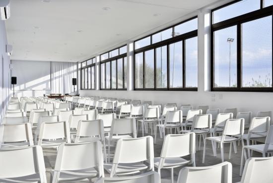 Le ampie finestre della sala convegni
